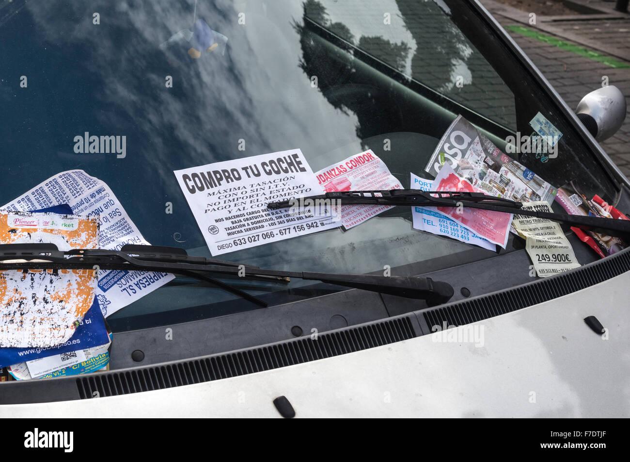 9abdb891ede9 Publicidad volantes y folletos sobre la izquierda del parabrisas de un  vehículo en el barrio de Malasaña