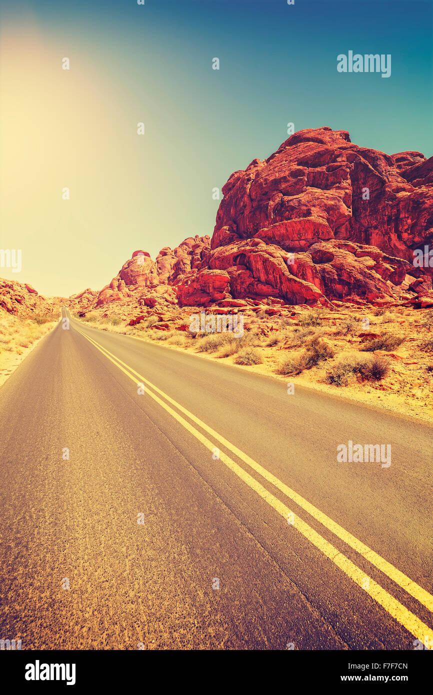 Tonos Vintage desert highway, concepto de viaje, USA. Imagen De Stock