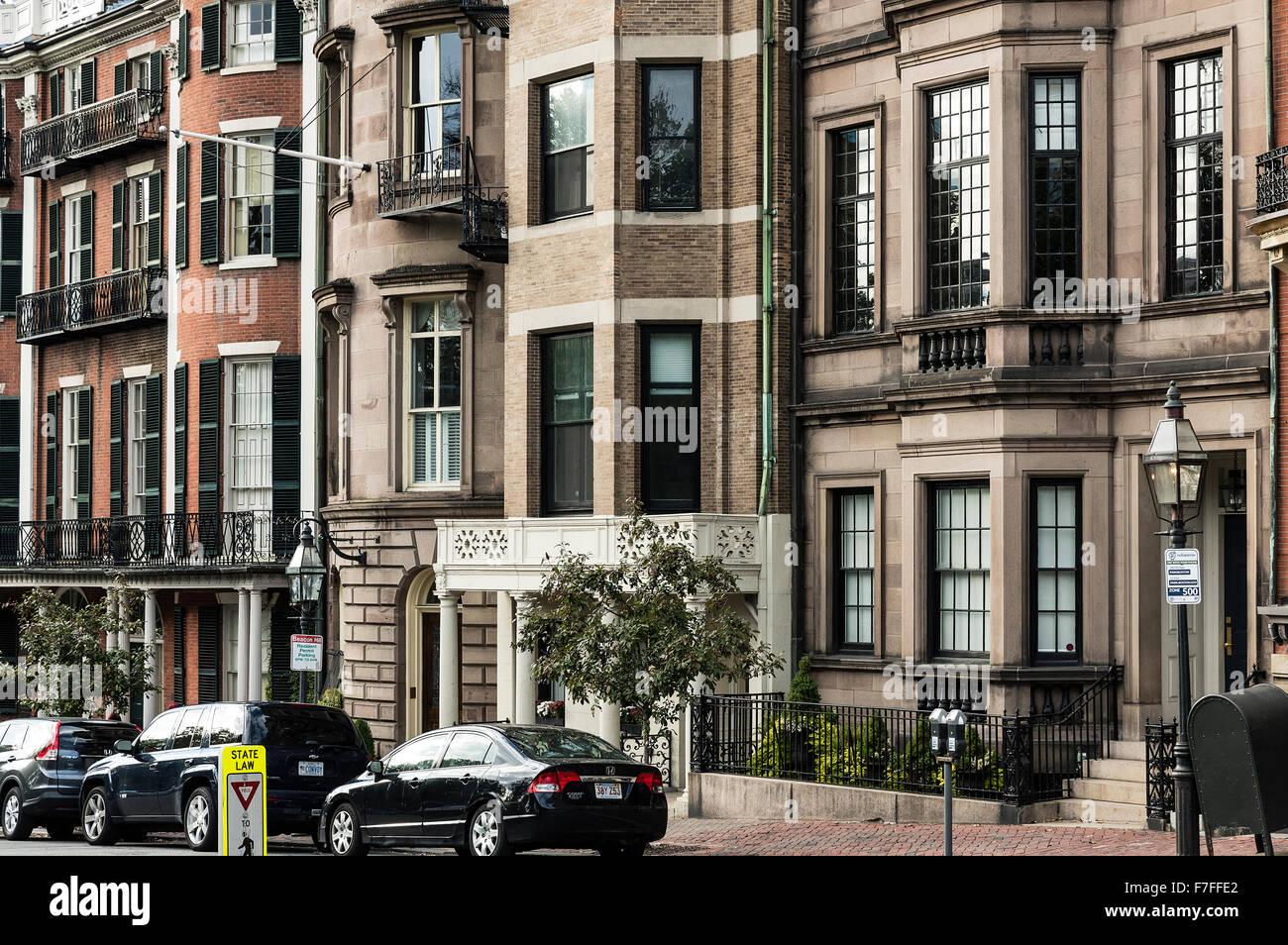Brownstone casas a lo largo de Beacon Street, Beacon Hill, Boston, Massachusetts, EE.UU. Imagen De Stock