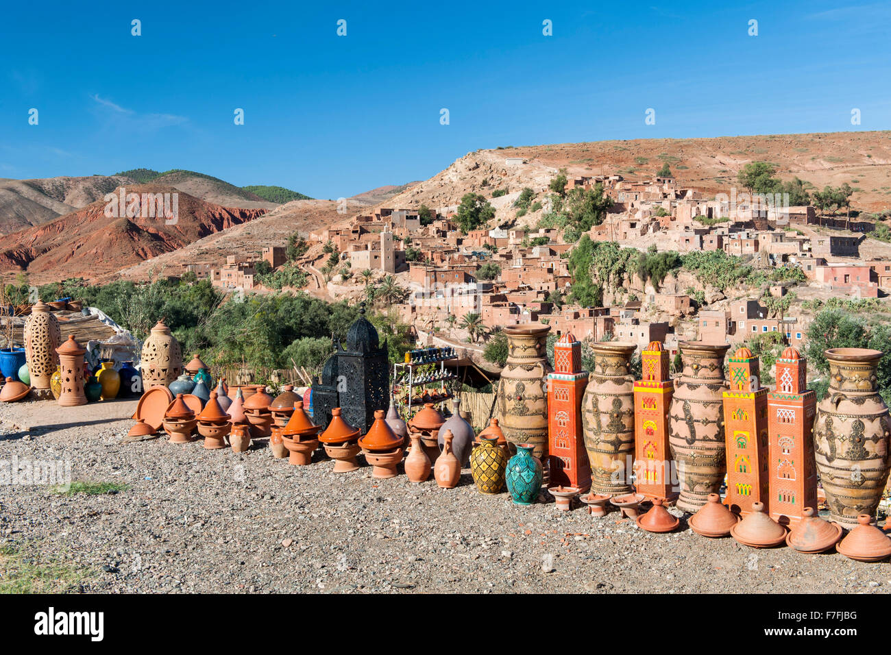 La alfarería y objetos curiosos para la venta cerca de Asni aldea en las montañas del Atlas de Marruecos. Imagen De Stock