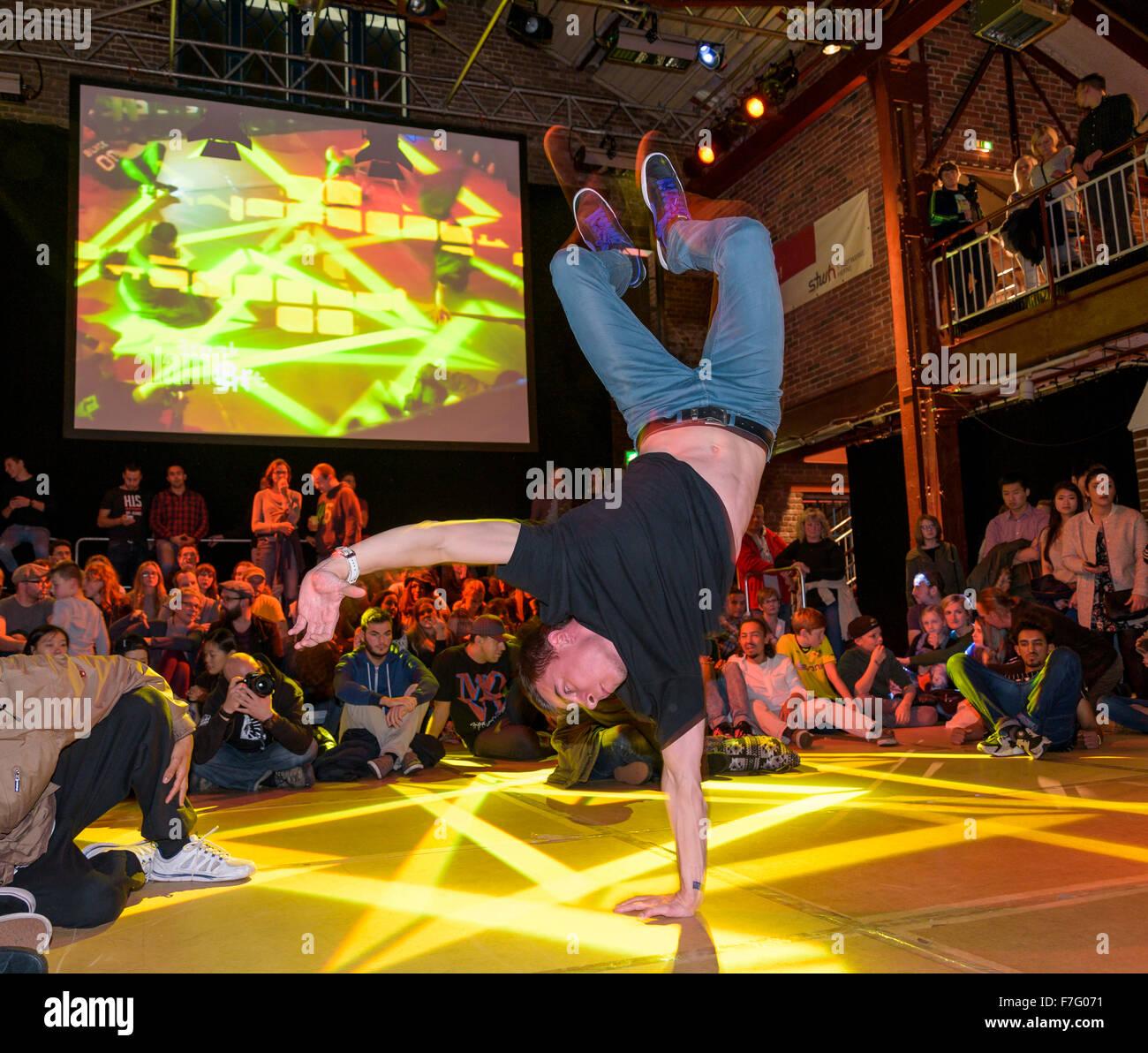 Un joven bailarín de salto se realiza en una etapa en una competición de break dance. Imagen De Stock