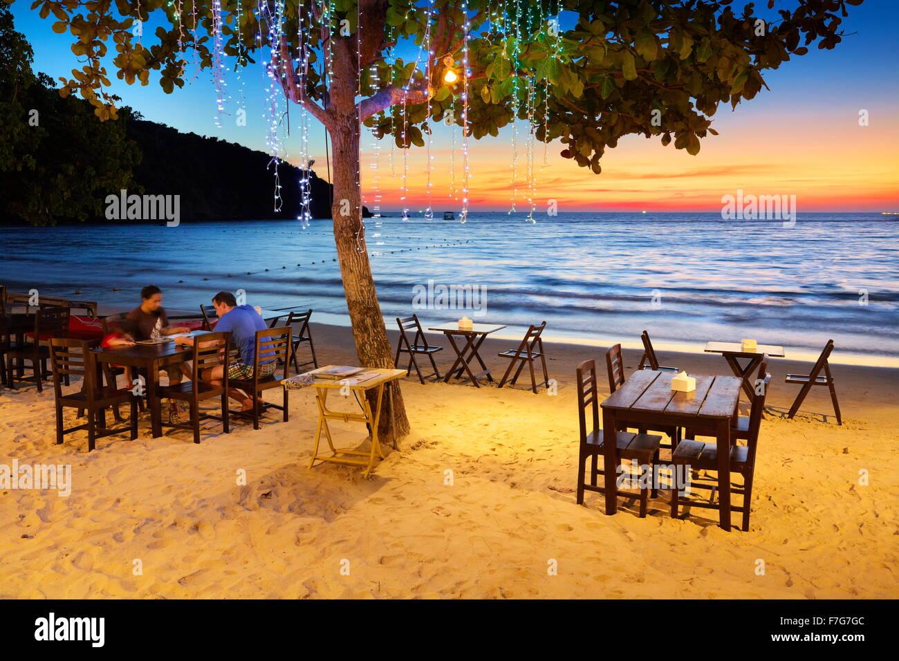El restaurante de la playa en el Resort Coco Lima, Isla de Koh Samet, Tailandia Imagen De Stock