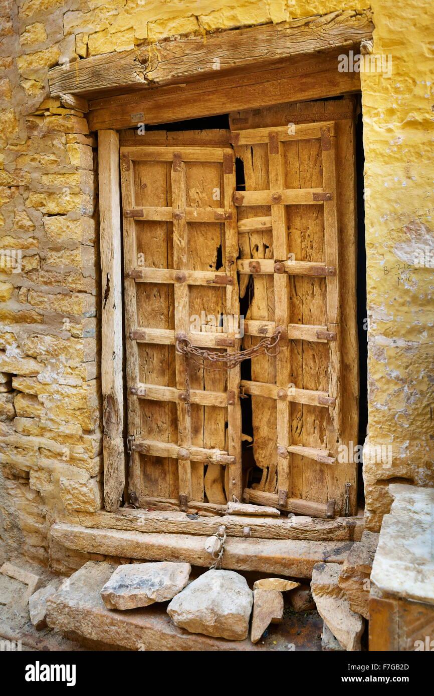 Una antigua puerta cerrada, detalle, calle de Jaisalmer, Rajasthan, India Imagen De Stock