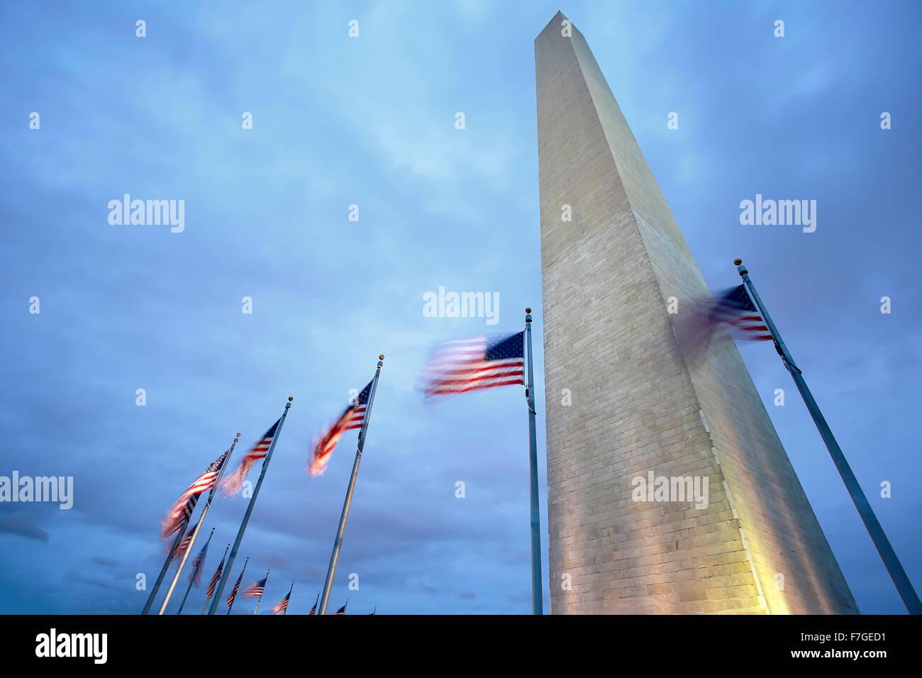 Washington Memorial y las banderas americanas, Washington, Distrito de Columbia, EE.UU. Imagen De Stock