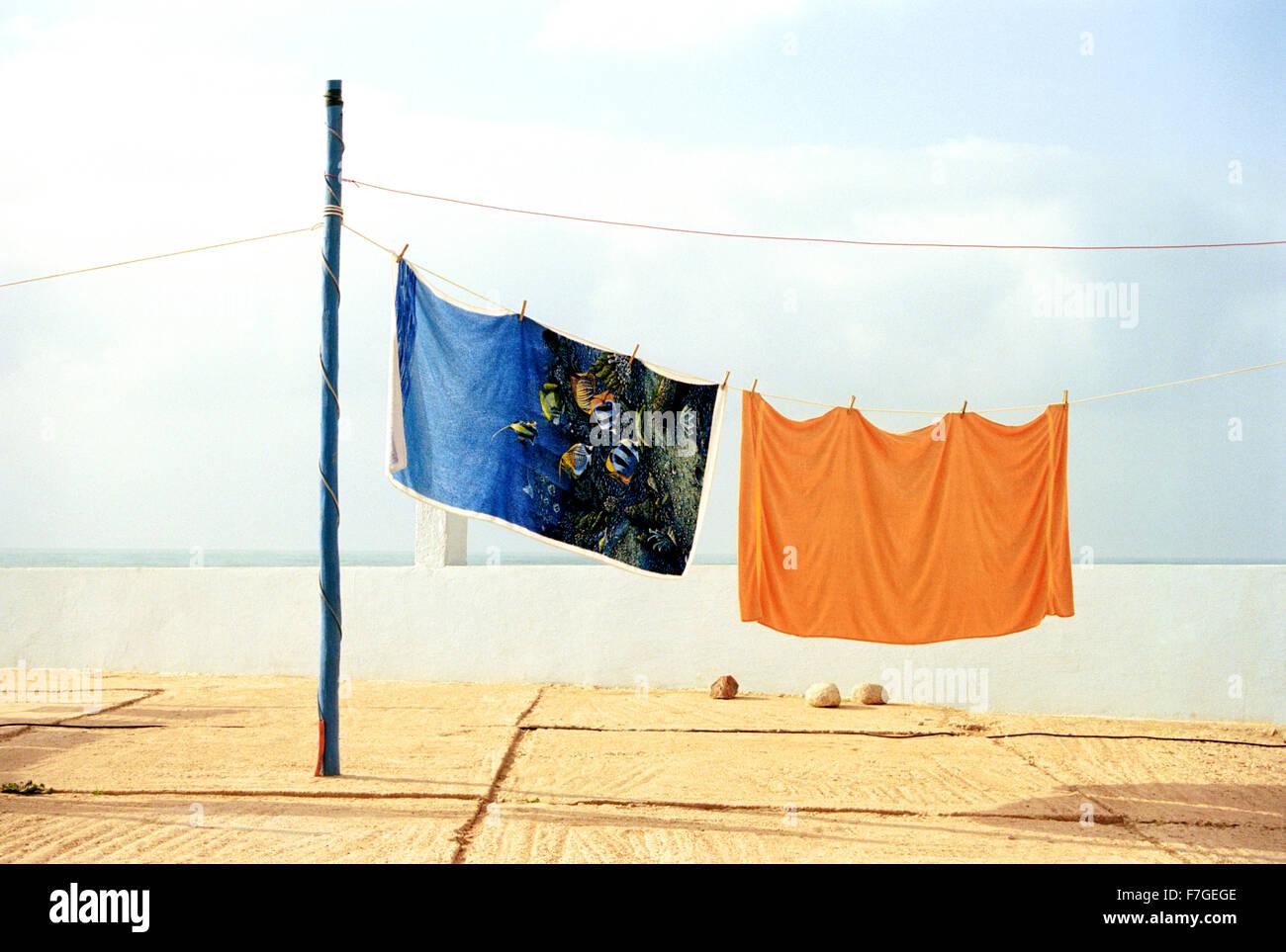Coloridas toallas de playa a mano seca en un camping en Sidi Ifni. Marruecos Imagen De Stock