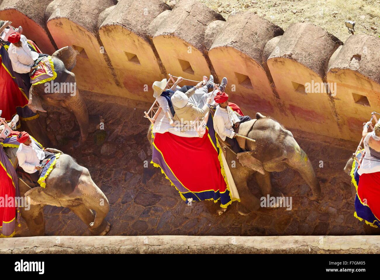 Elefante indio llevando turistas a la fortaleza de Amber, Amer 11km cerca de Jaipur, Rajasthan, India Imagen De Stock