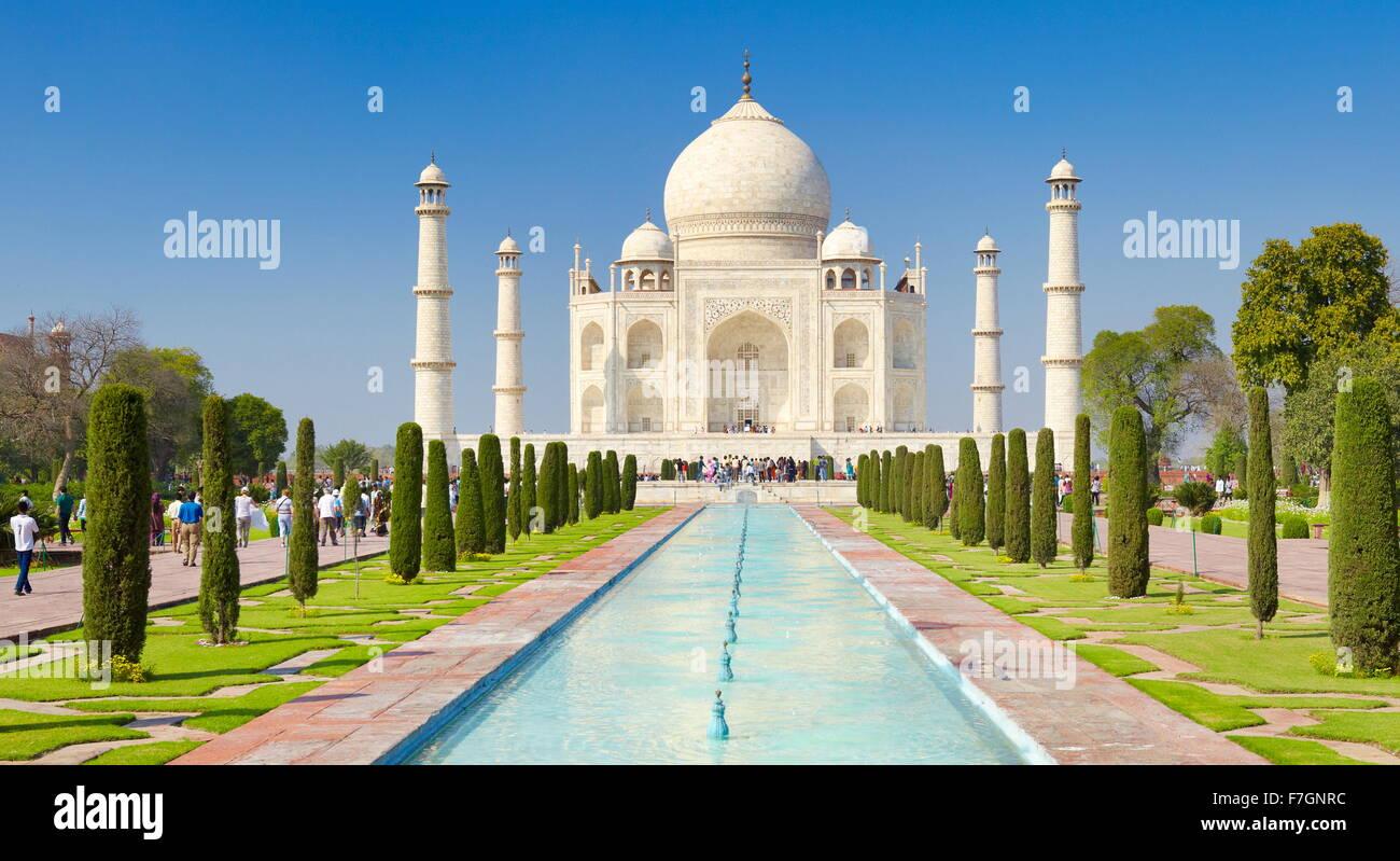Vista frontal del Taj Mahal, Agra, Uttar Pradesh, India Imagen De Stock