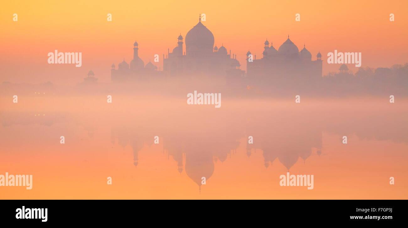 La vista horizontal de Taj Mahal skyline con la reflexión sobre el agua, Agra, Uttar Pradesh, India Imagen De Stock