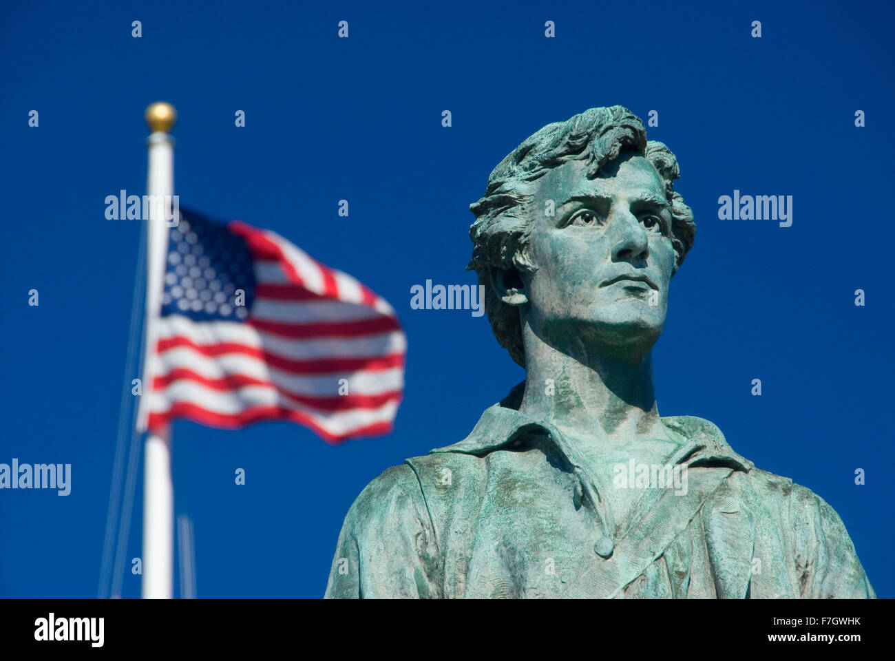 El capitán Parker estatua en Battle Green con bandera americana, Lexington Green, Lexington, Massachusetts Foto de stock