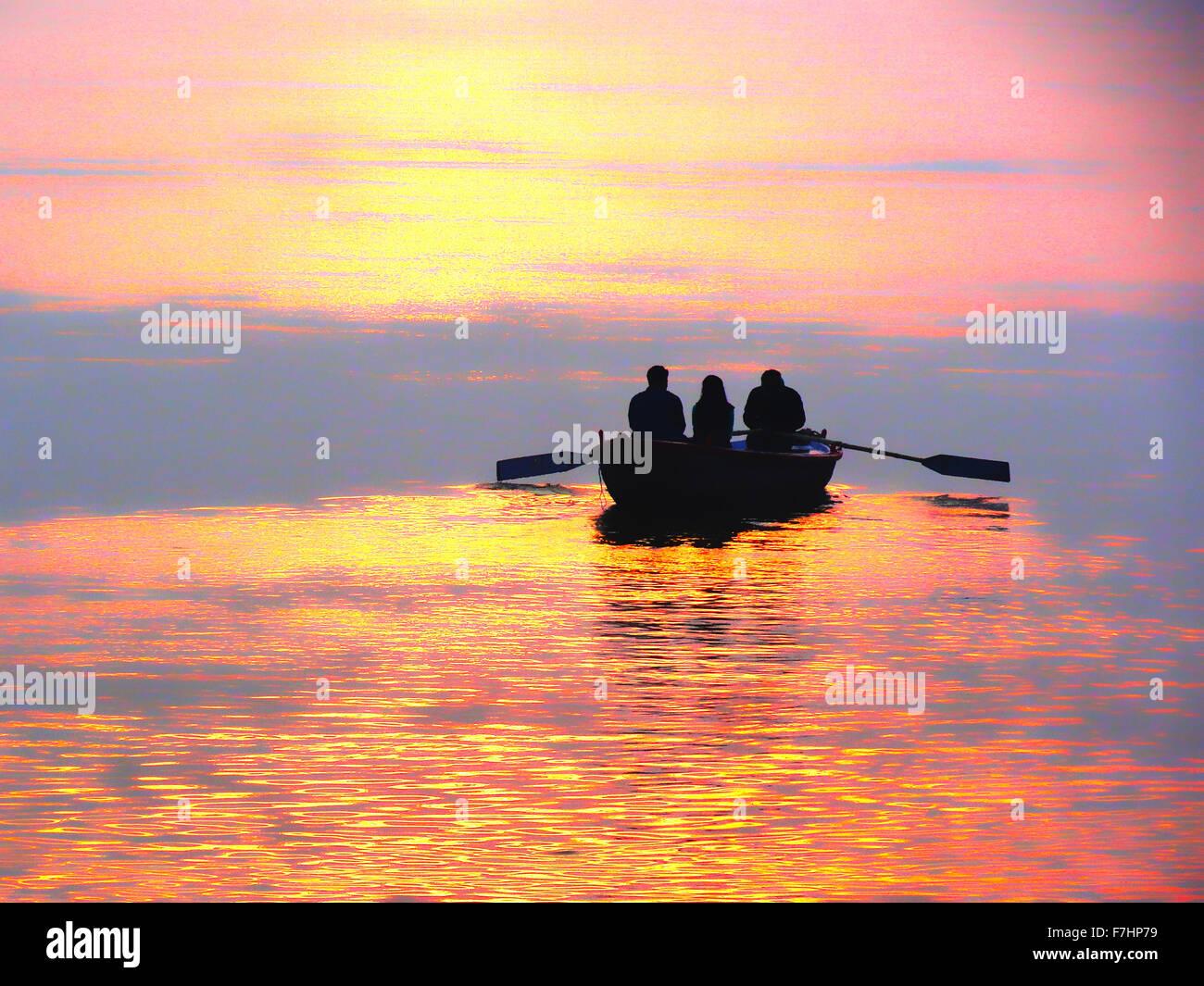 Sunset montando en barco el río Ganges en Varanasi, India Imagen De Stock