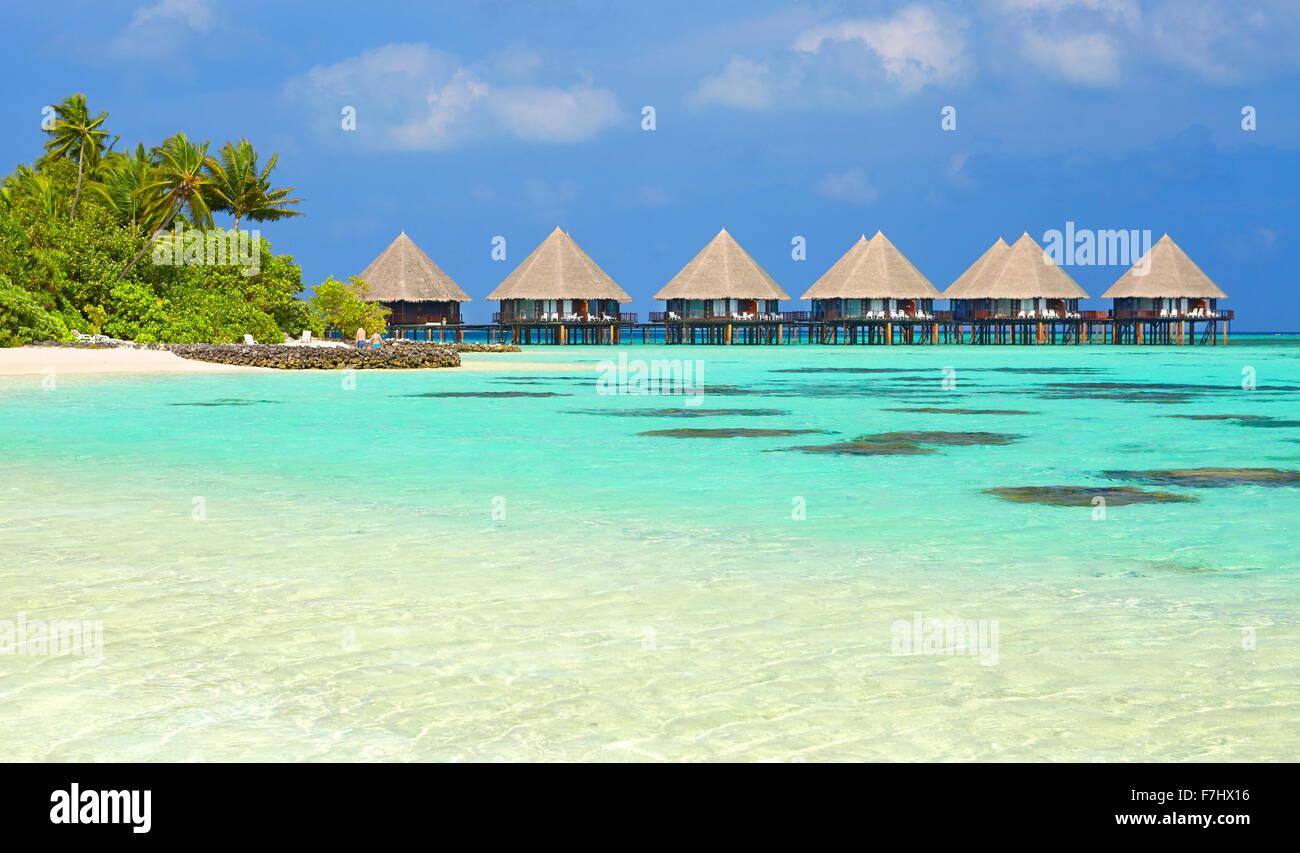 Playa Tropical en el Atolón Ari, Islas Maldivas, Océano Índico Foto de stock