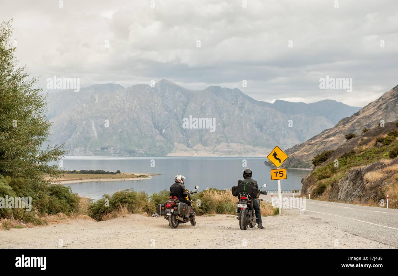 Motorbikers admirar las vistas del lago Hawea en Central Otago, Isla del Sur, Nueva Zelanda. Foto de stock