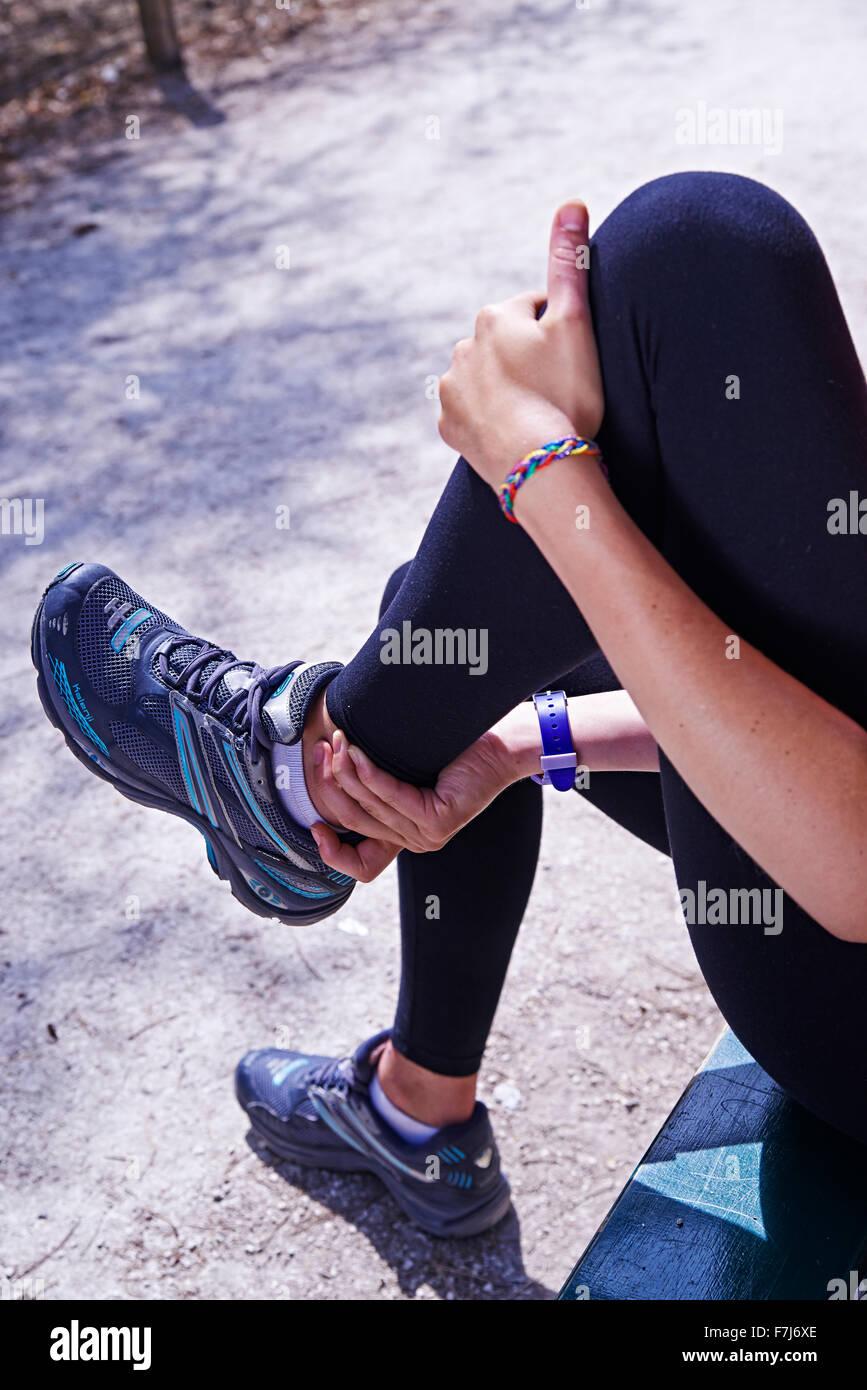 Mujer con dolor de tobillo Foto de stock