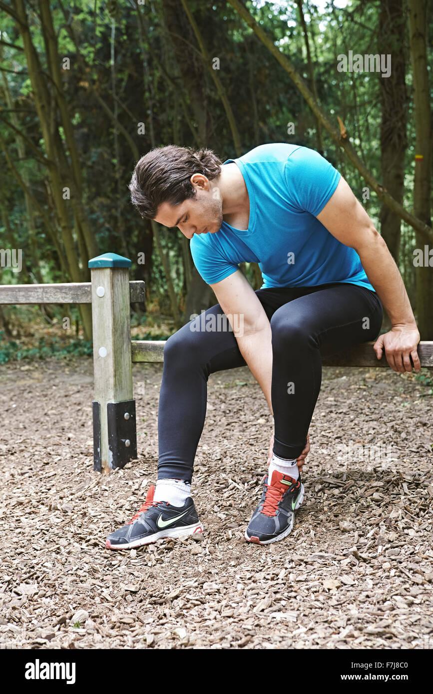 Hombre con dolor de tobillo Imagen De Stock