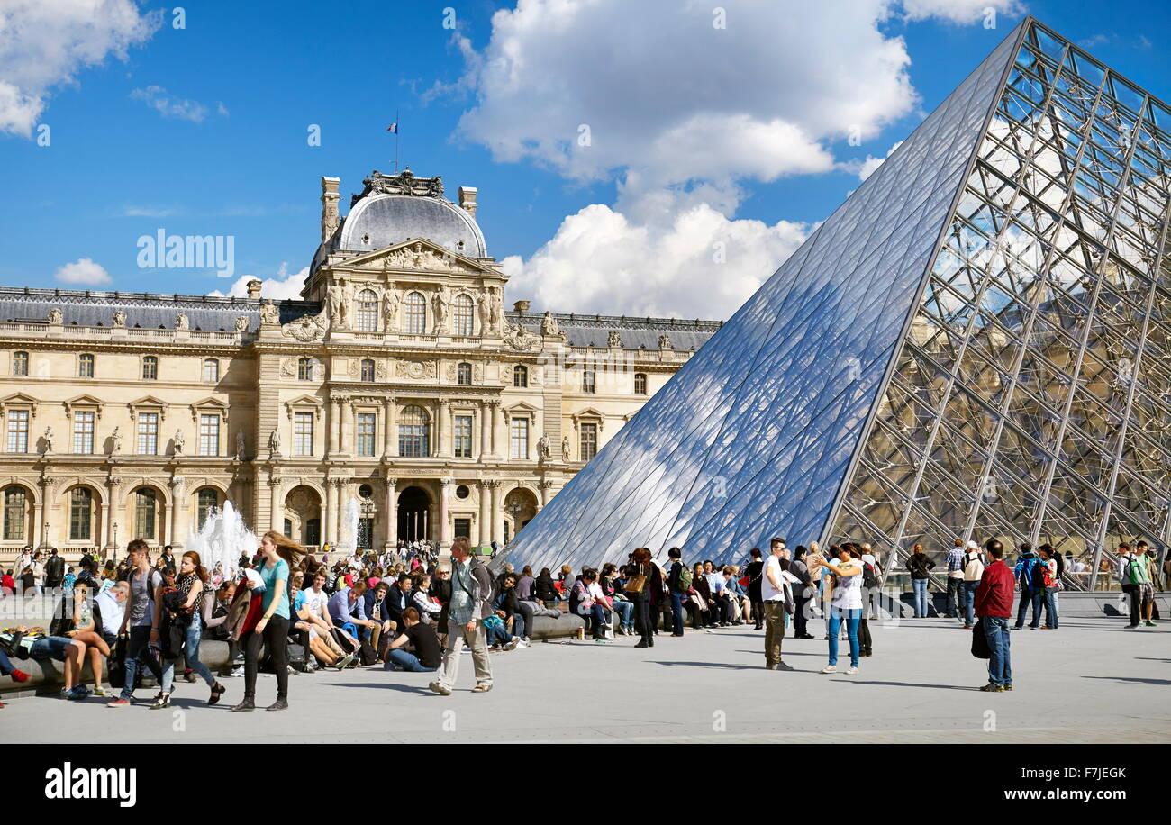 Turistas descansando en el Museo del Louvre, París, Francia Foto de stock