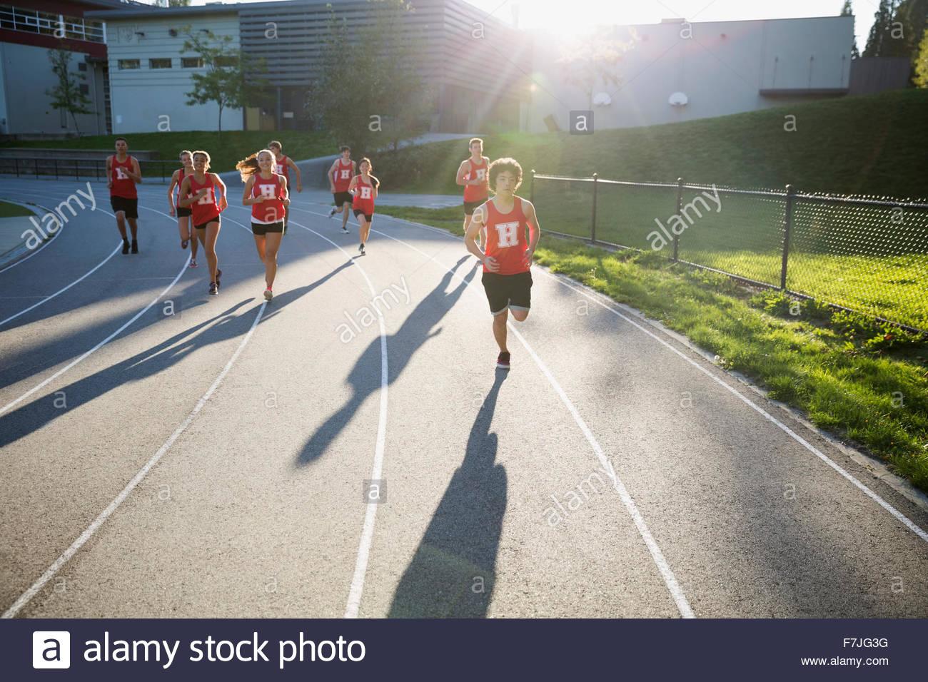 High school atletas de pista y campo running track Foto de stock