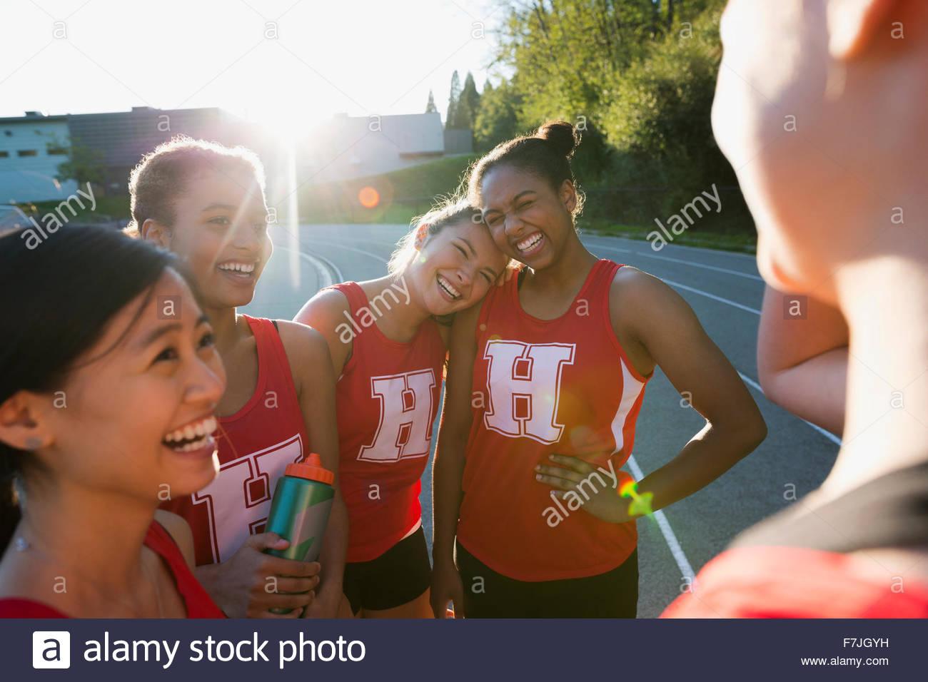La escuela secundaria femenina del equipo de pista y campo pegado Imagen De Stock
