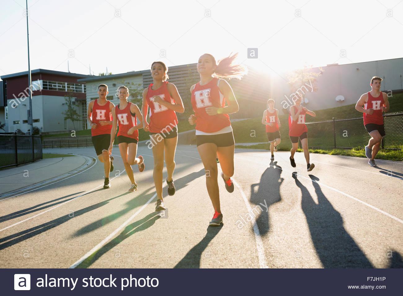 High school atletas de pista y campo running track Imagen De Stock