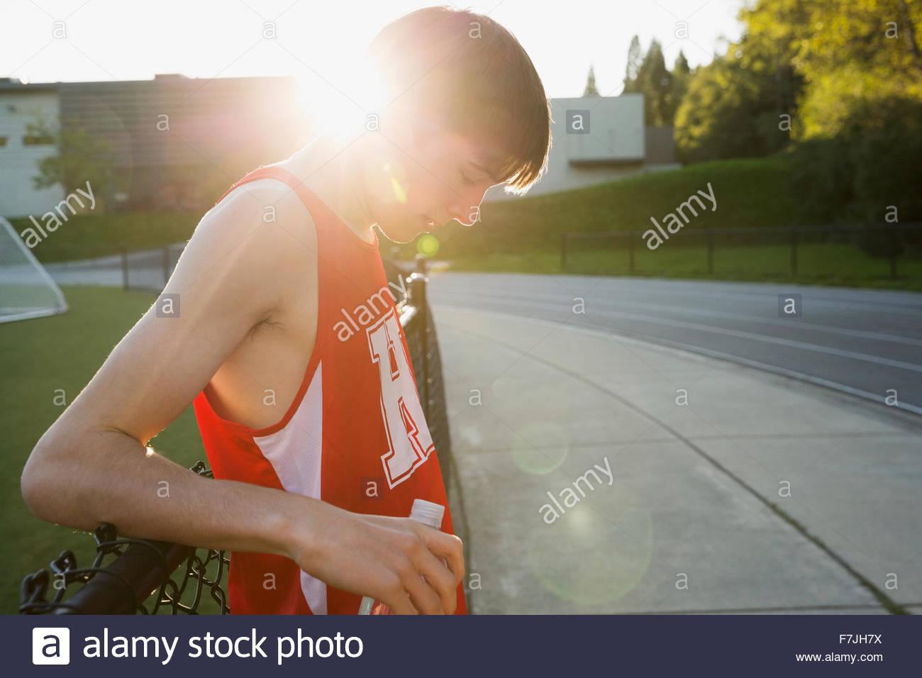 High school atleta de pista y campo descansando Imagen De Stock