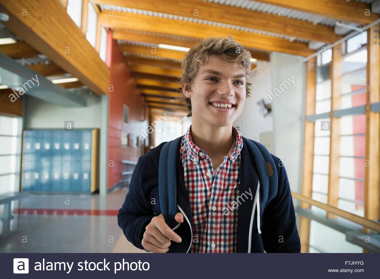 Sonriendo estudiante de la High School secundaria en el corredor Imagen De Stock