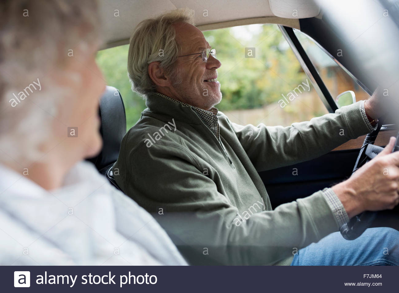 Las parejas ancianas conduciendo en coche Imagen De Stock