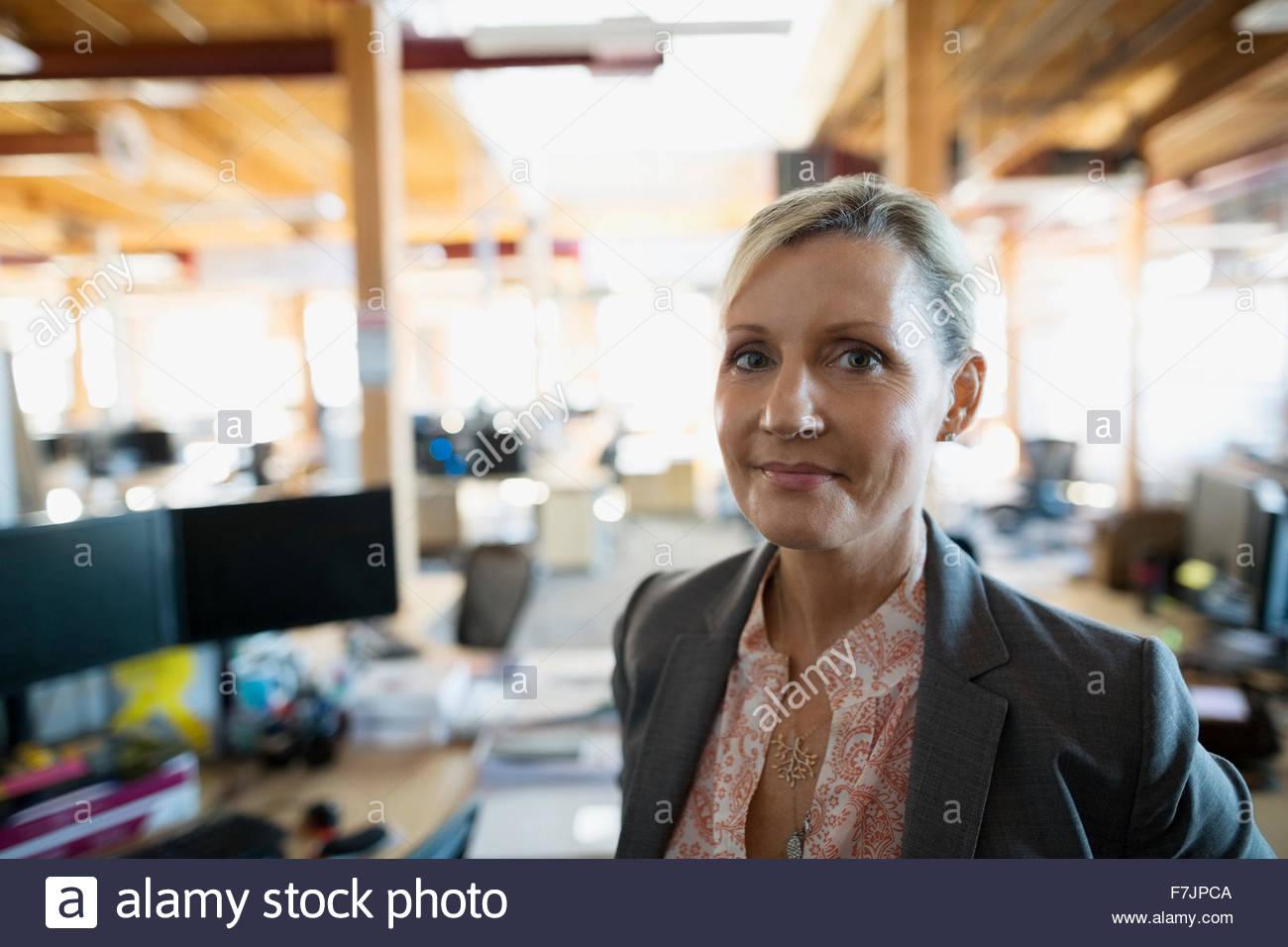 Retrato confianza empresaria en Office Imagen De Stock