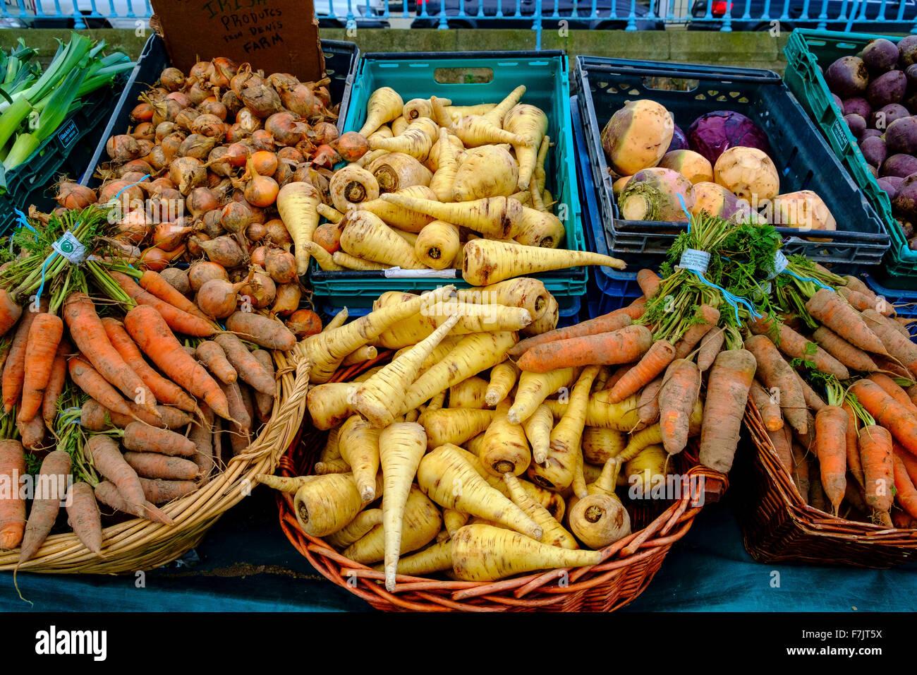 Las hortalizas de raíz la alcachofa sueco nabo cebolla zanahoria Imagen De Stock