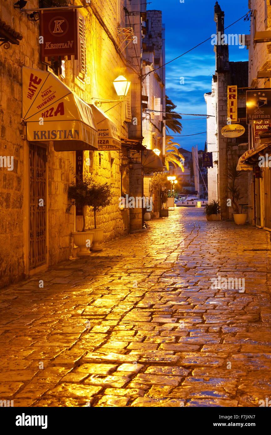 Trogir, ciudad Vieja calle por la noche, Croacia Foto de stock