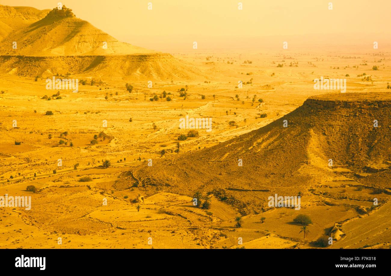 Paisaje del desierto cerca de la aldea bereber de Chenini. Jebel región del sur de Túnez.El Norte de África. Imagen De Stock