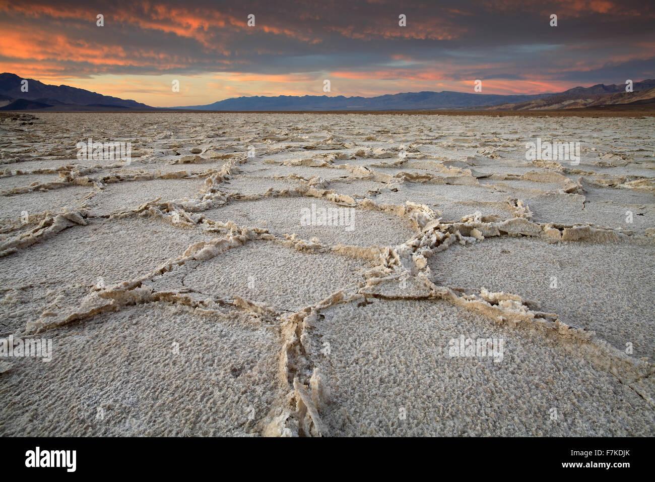Agrietado salinas al atardecer, Badwater Basin, el Parque Nacional Valle de la Muerte, California, EE.UU. Imagen De Stock