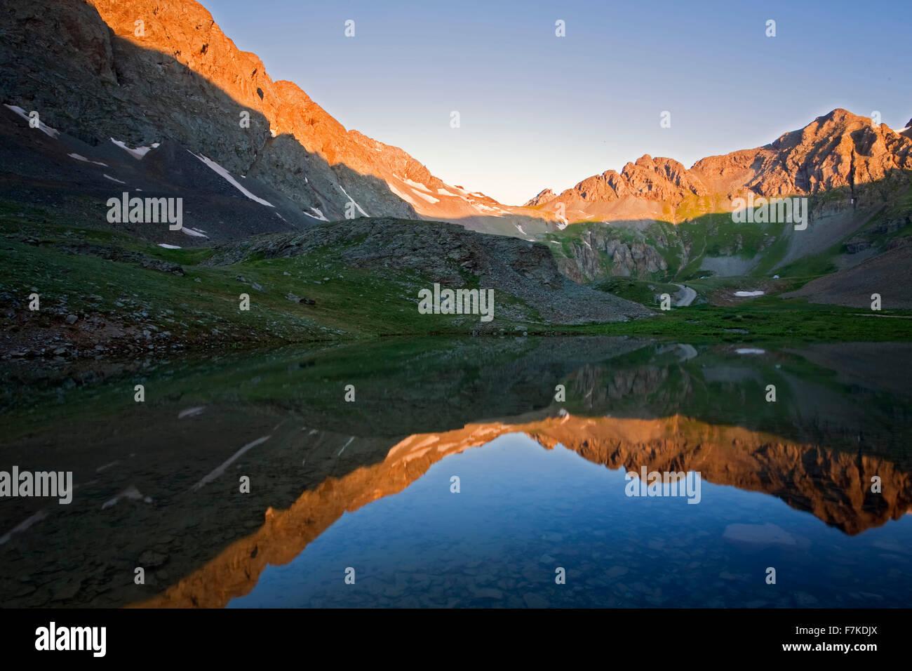Montañas reflejadas sobre estanque cerca de Clear Lake, el Bosque Nacional de San Juan, Colorado, EE.UU. Imagen De Stock