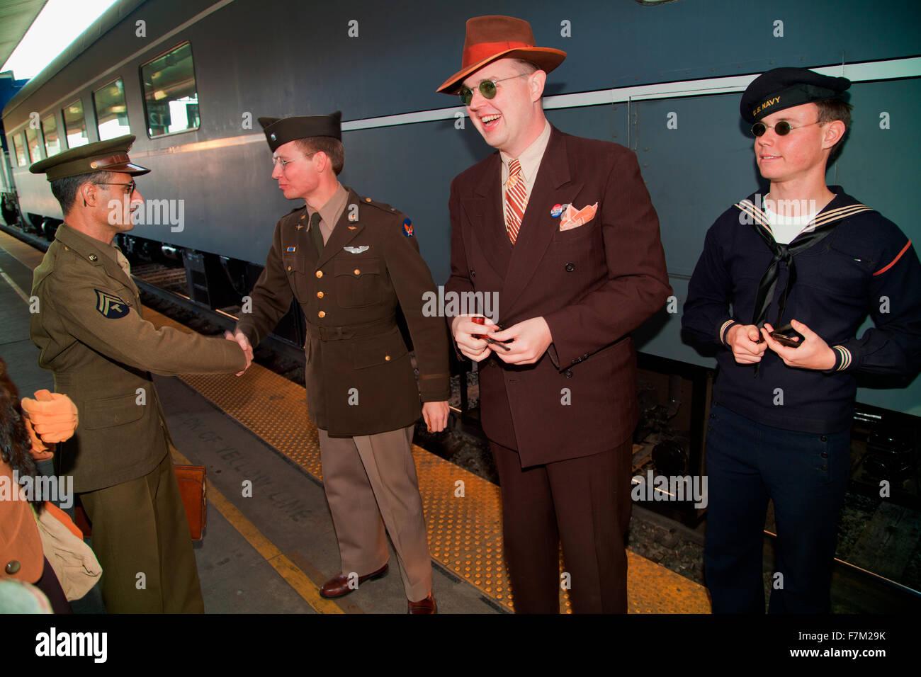 1940 recreacions decir adiós antes de salir de Pearl Harbor el día tren tropas recreación desde Los Imagen De Stock