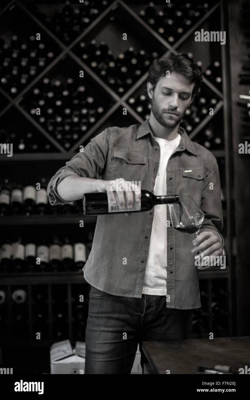 Sommelier verter vaso de vino Imagen De Stock