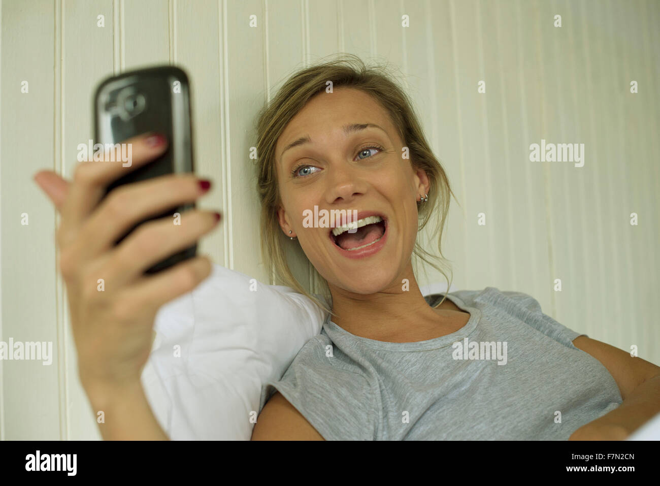 Mujer sonriente, teniendo selfie Imagen De Stock
