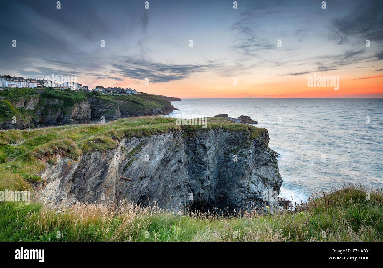 Hermoso atardecer mirando al acantilado casas en Port Isaac en la accidentada costa norte de Cornwall. Imagen De Stock