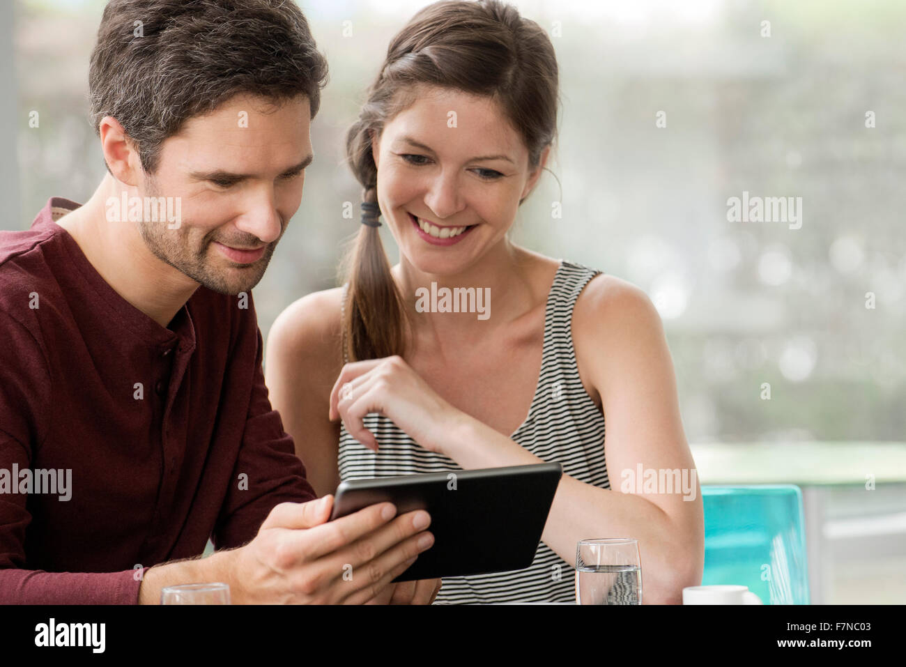 Tabletas digitales permiten amigos para compartir fotos fácilmente Imagen De Stock