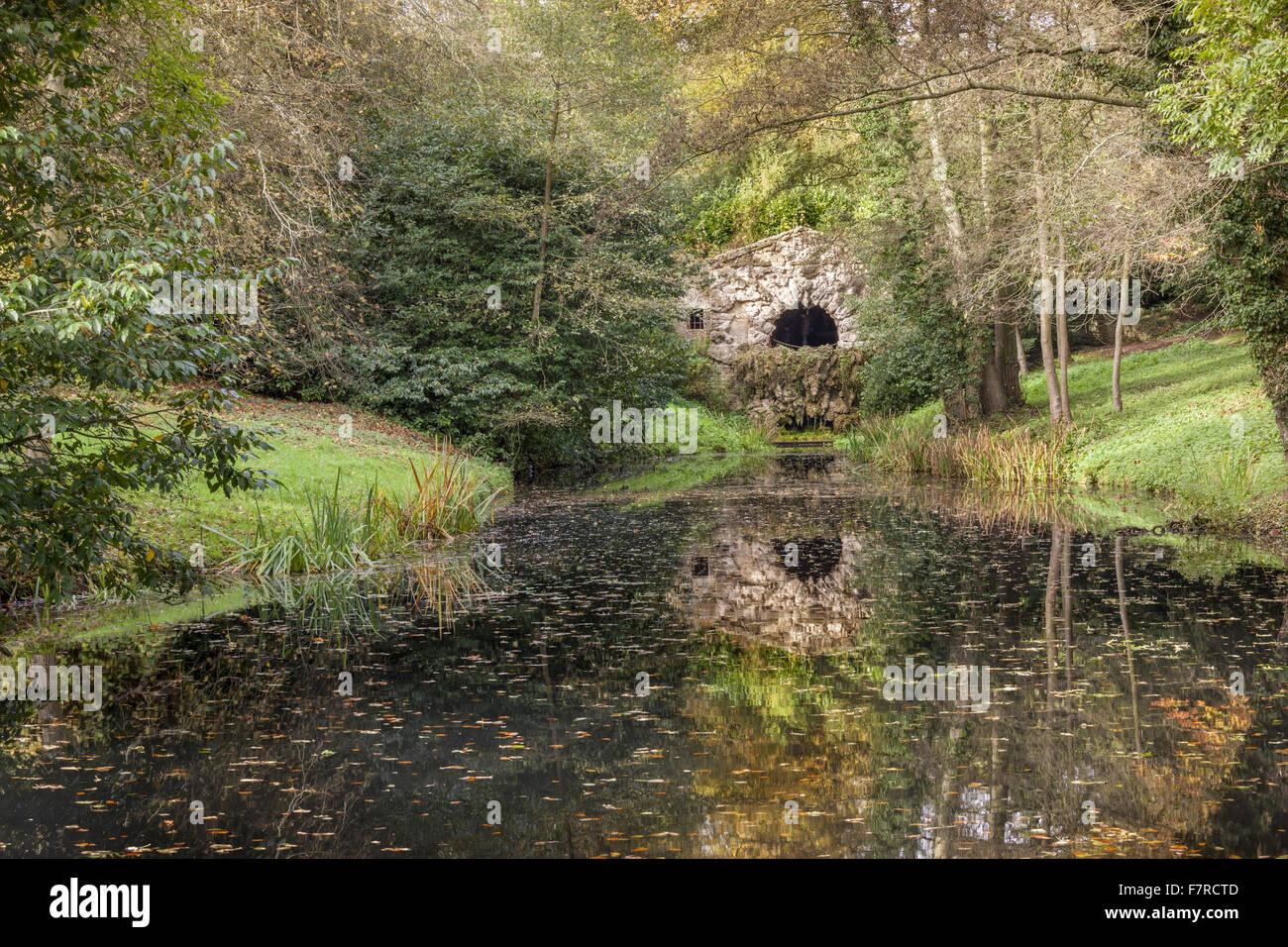 La gruta en Stowe, Buckinghamshire. Stowe es un jardín del siglo XVIII, e incluye más de 40 templos y monumentos Foto de stock