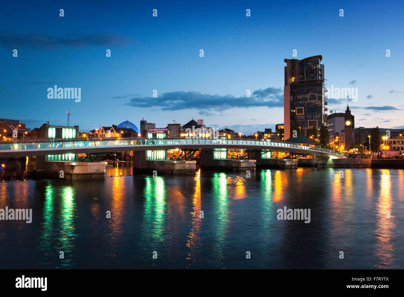 Lagan Weir Pie y Puente de ciclo, Belfast, Irlanda del Norte Imagen De Stock