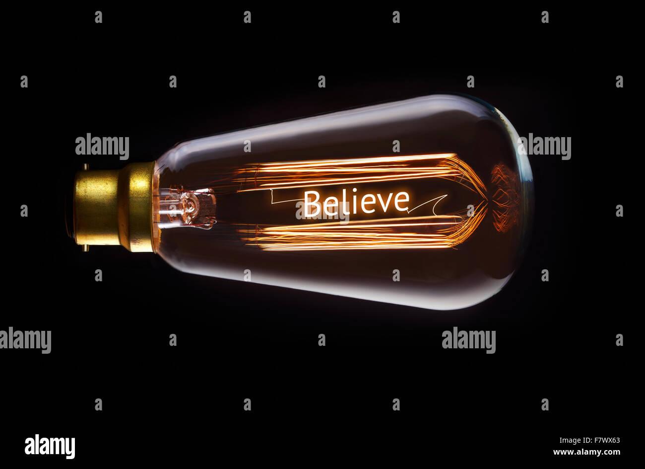 Concepto de religión, creen en una bombilla de filamento. Imagen De Stock