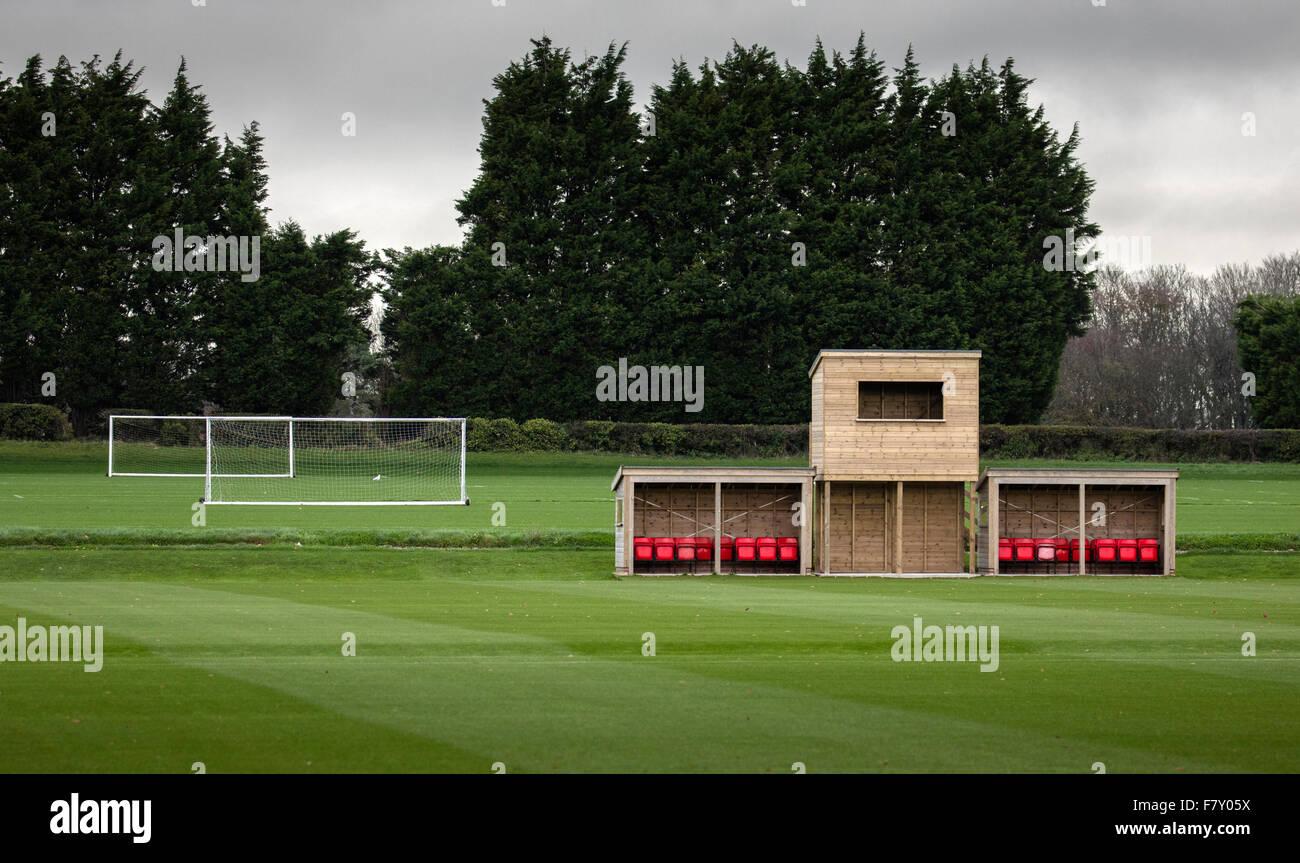 Campo de deportes universitarios con el objetivo de fútbol puestos y cuadro de indicadores con sillas rojas Imagen De Stock