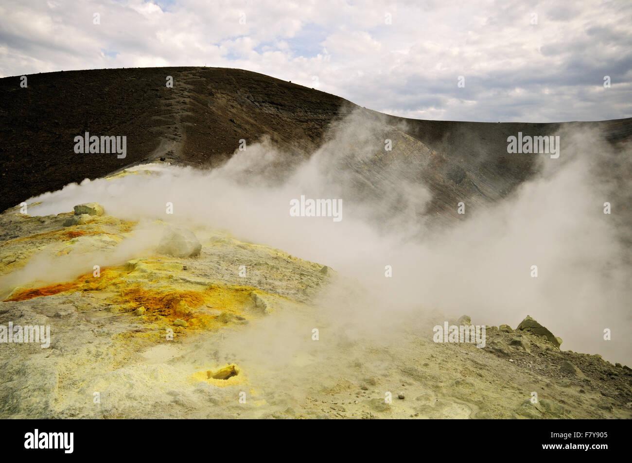 Azufre y fumarolas en el cráter (Gran Cratere) de Vulcano, las Islas Eolias, en Sicilia, Italia Imagen De Stock