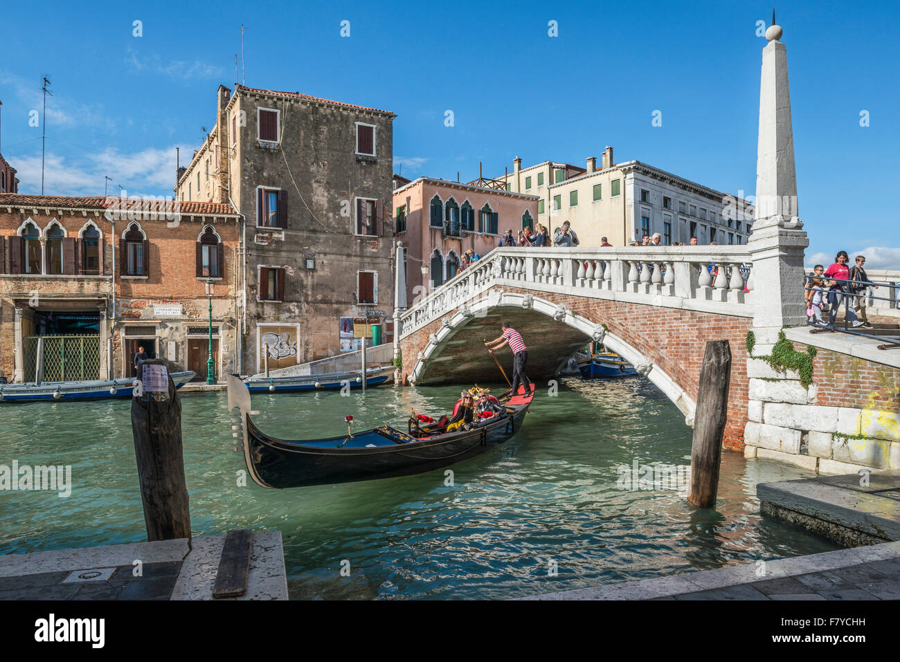 La góndola en el Ponte delle Guglie y Ponte di Cannaregio, Canale di Cannaregio, Cannaregio, Venecia, Véneto, Imagen De Stock