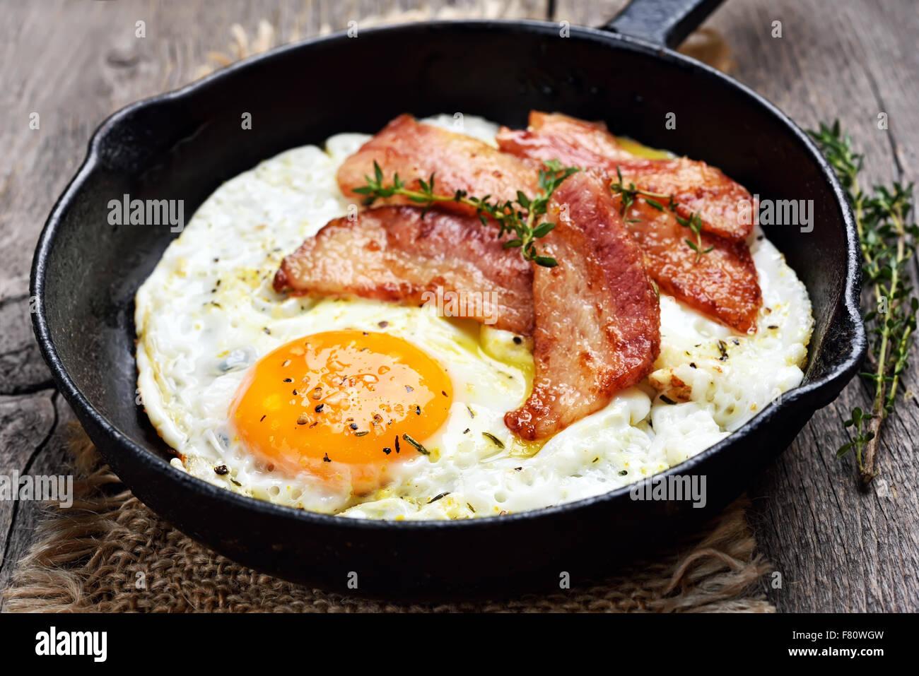 Huevos fritos y tocino, Vista cercana Imagen De Stock