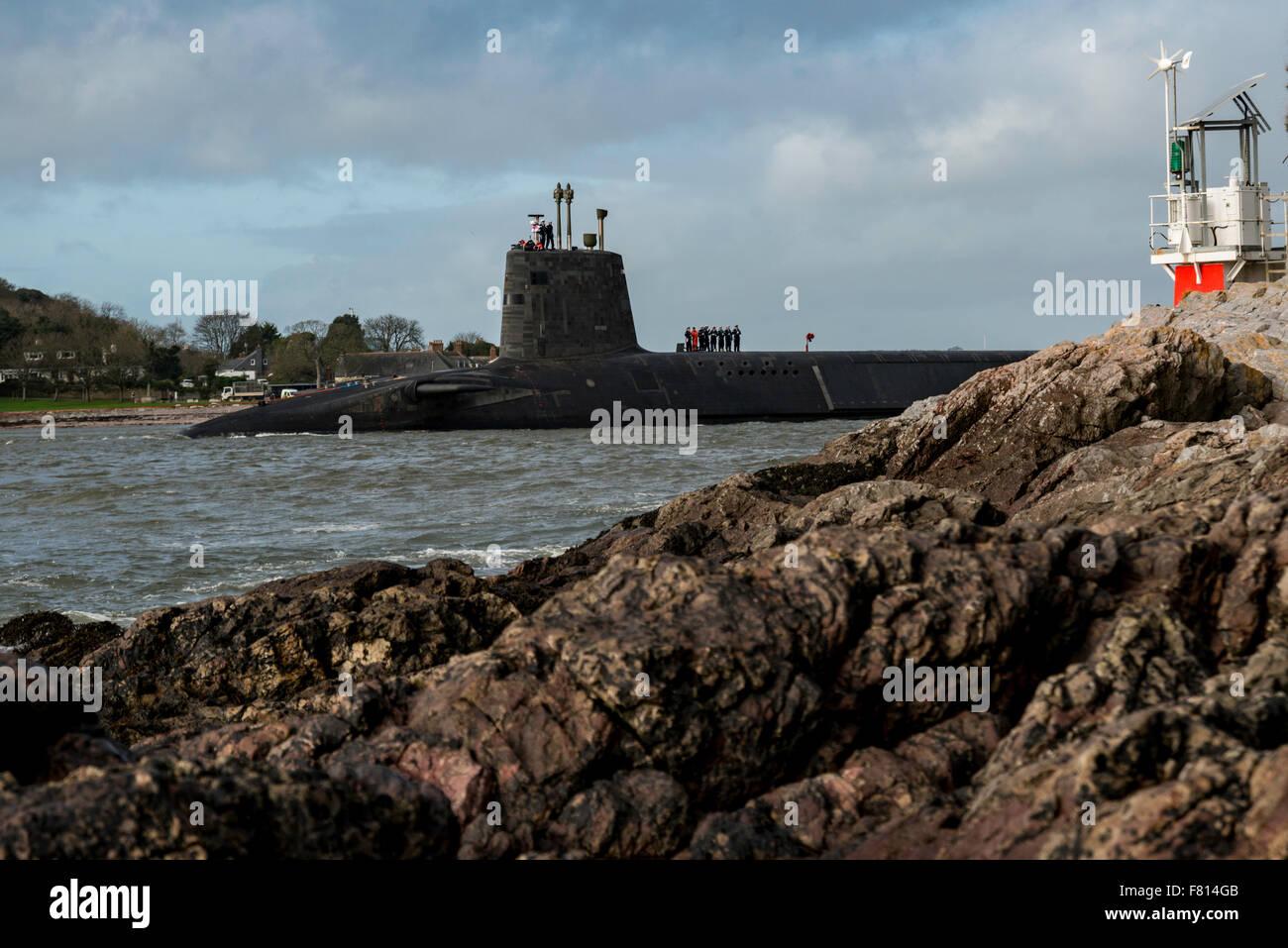 Plymouth, Reino Unido. 4 de diciembre de 2015. Royal Navy submarinos nucleares Trident dejando Devonport Dockyard Imagen De Stock