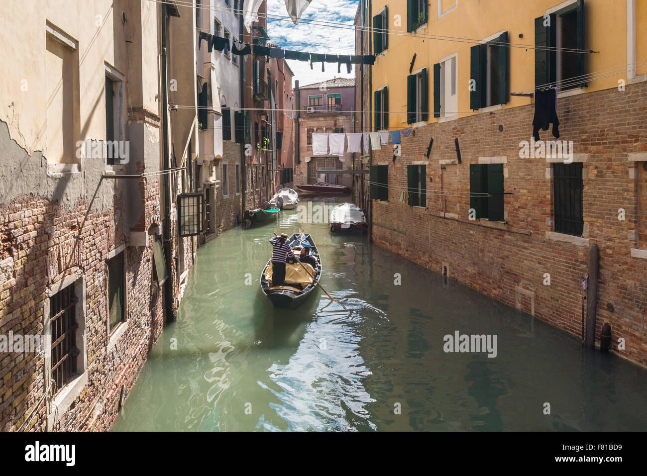 La góndola en el río Ghetto, gueto judío del siglo XVI, Cannaregio, Venecia, Véneto, Italia Imagen De Stock