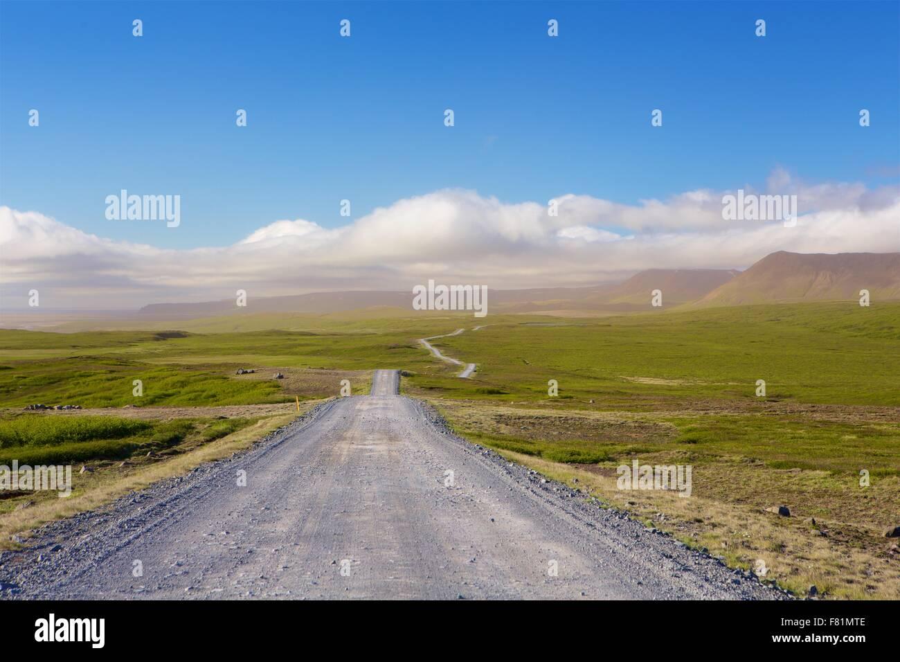 Largo, abierto, vaciar carreteras en Islandia. El lugar perfecto para un viaje por carretera. Imagen De Stock