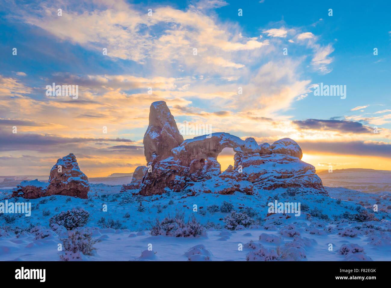 Snowy atardecer en el arco de la torreta, el Parque Nacional de Arches, en Utah Sección Windows Imagen De Stock