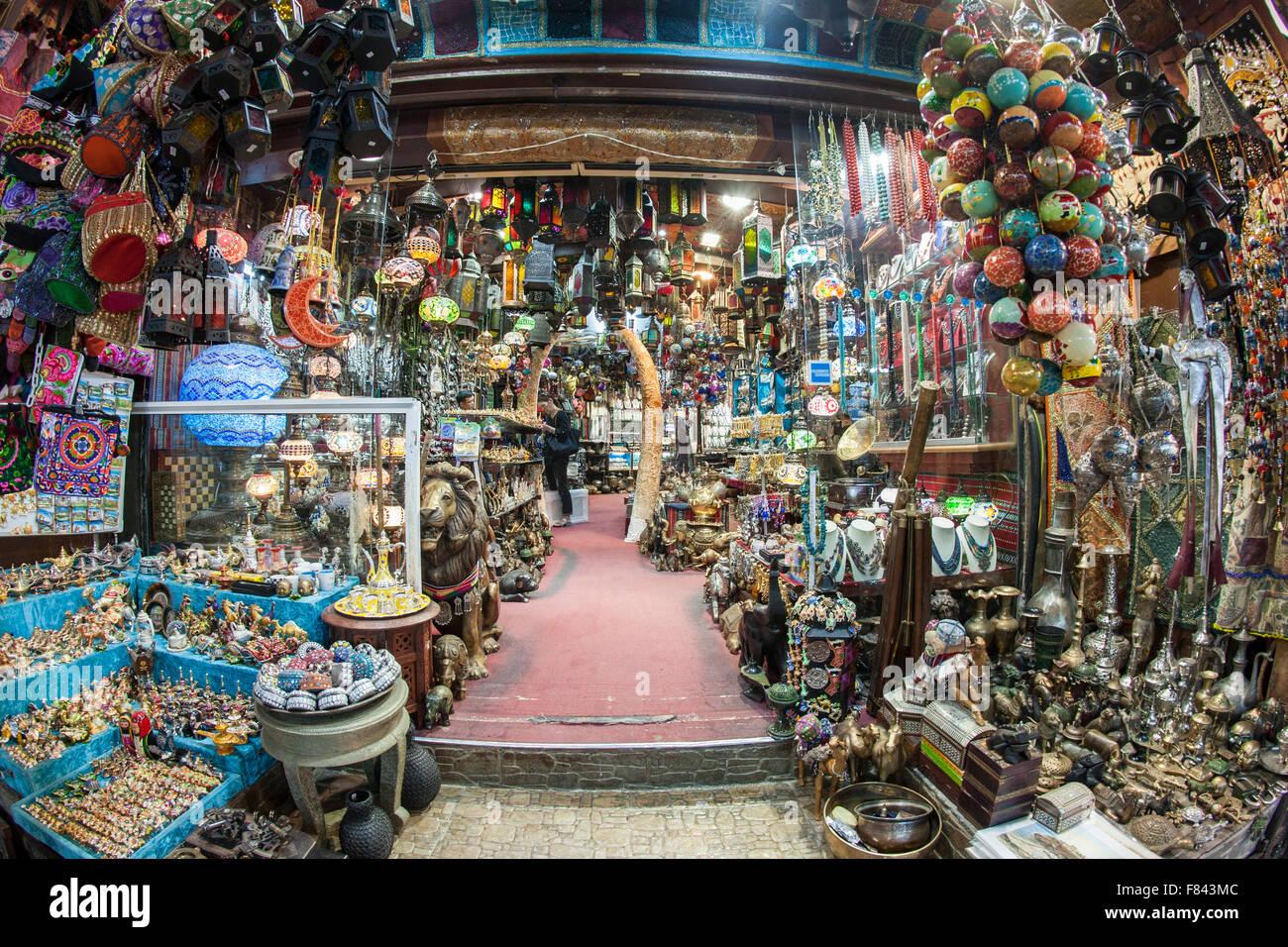 Curiosidades para la venta en el zoco Mutrah en Mascate, la capital del Sultanato de Omán. Imagen De Stock
