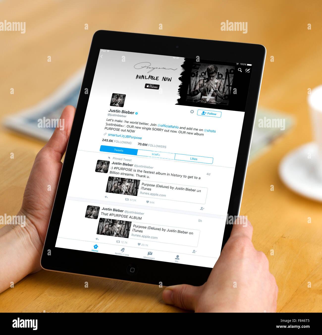 Justin Bieber's home page en la app de Twitter, visto en un iPad Air Imagen De Stock