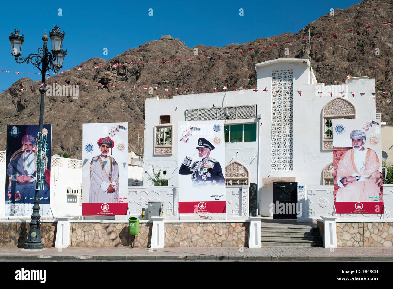 Carteles del Sultán de Omán en Muscat Vieja, parte de la capital del Sultanato de Omán. Imagen De Stock